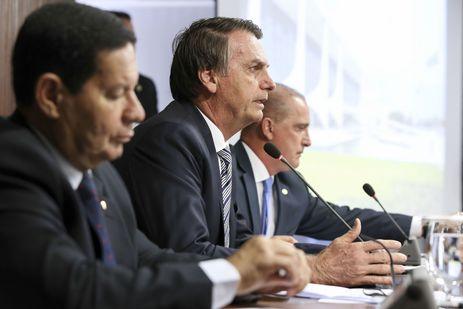 Bolsonaro propõe idade mínima de 62 anos para homem e 57 para mulher