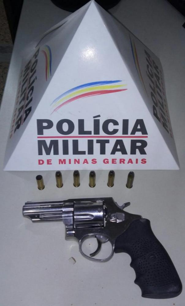 O autor de 47 anos já não se encontrava mais no local, porém foi feito rastreamento, sendo localizado e conduzido por posse ilegal de arma de fogo.