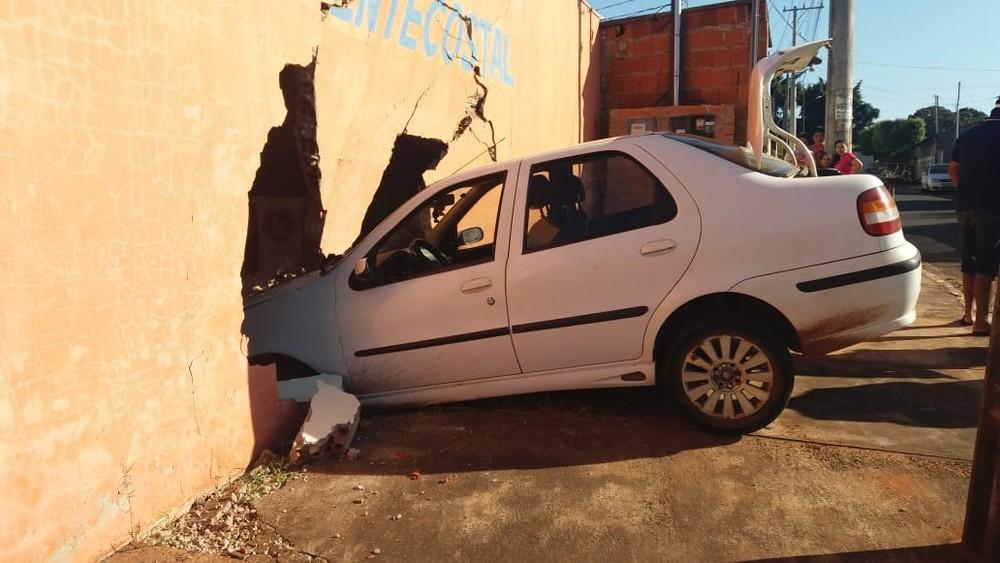 Carro invade igreja e motorista foge do local, em Campo Grande. — Foto: Osvaldo Nóbrega/TV Morena