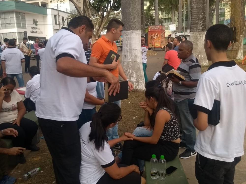 Além de promover o culto eles distribuíram convites para participarem dos cultos na Igreja Maranata do bairro Bom Pastor.