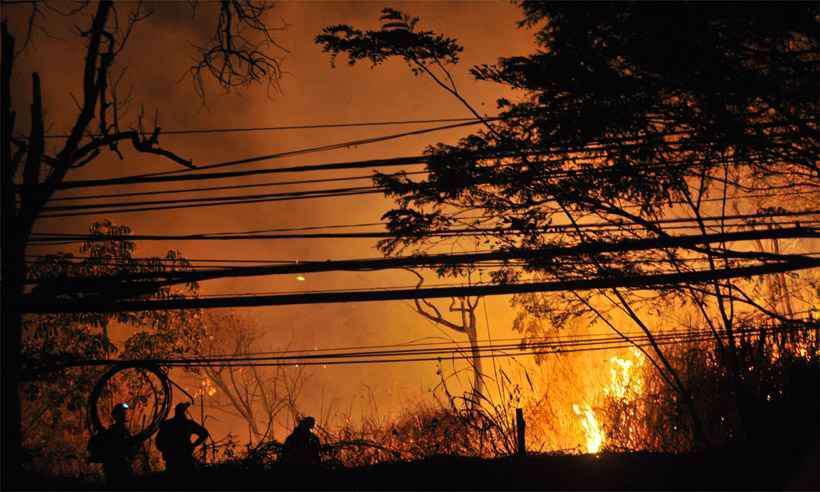 Inpe detecta 77% mais focos de fogo em Minas e bombeiros preveem: vai piorar