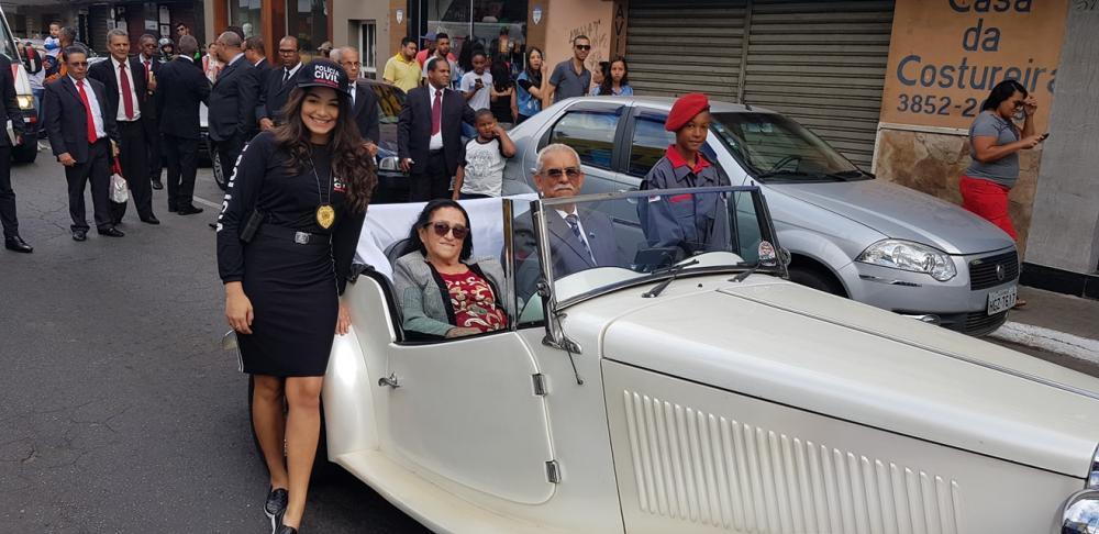 O pastor presidente, Sergio Eleotério Coelho, desfilou acompanhando de dois adolescentes e sua esposa em um veículo VW / MP LAFER de 1977.
