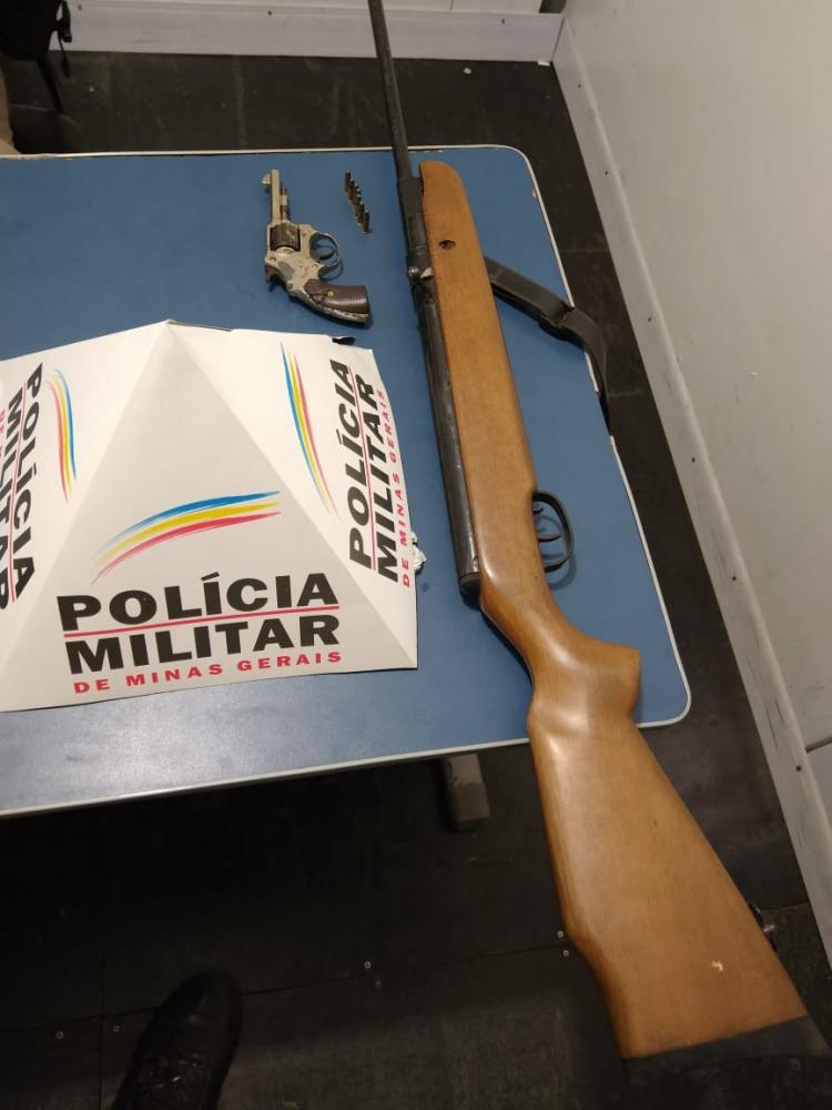 As armas foram apreendidas e os autores de 38 e 40 anos foram presos e encaminhados à Delegacia.