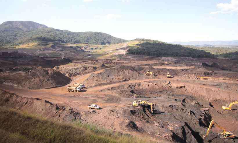 Buscas são feitas com auxílio de máquinas pesadas (foto: Edesio Ferreira/EM/D.A.Press)