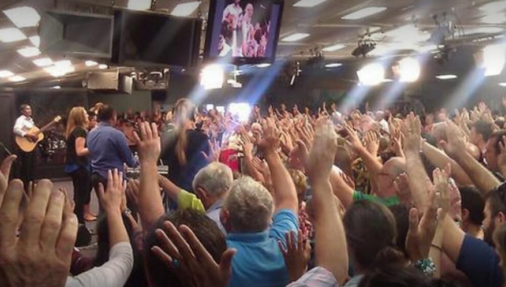 Com dinheiro de dízimo, igreja quita dívidas de 48 famílias de sua congregação