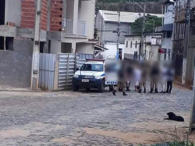 Os mandados foram expedidos pelo juízo da 2ª Vara de Manhuaçu que autorizou a busca e apreensão de documentos e de celulares dos investigados.