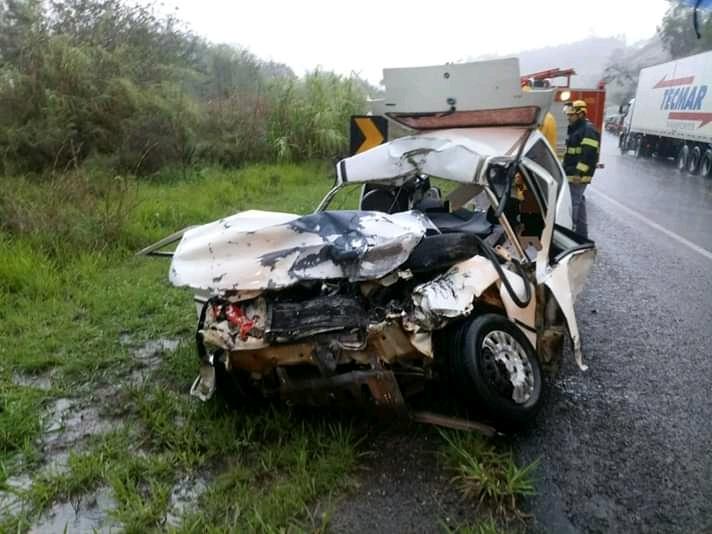 Duas carretas e um veículo uno, com placas de Divino estiveram envolvidos no acidente, chovia muito no momento da colisão.