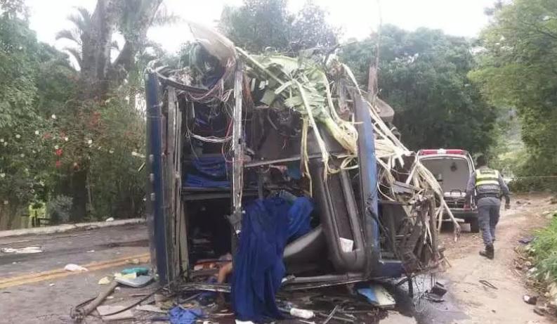 Acidente com ônibus que saiu de BH deixa mortos no Espírito Santo; veículo pode ter perdido o freio