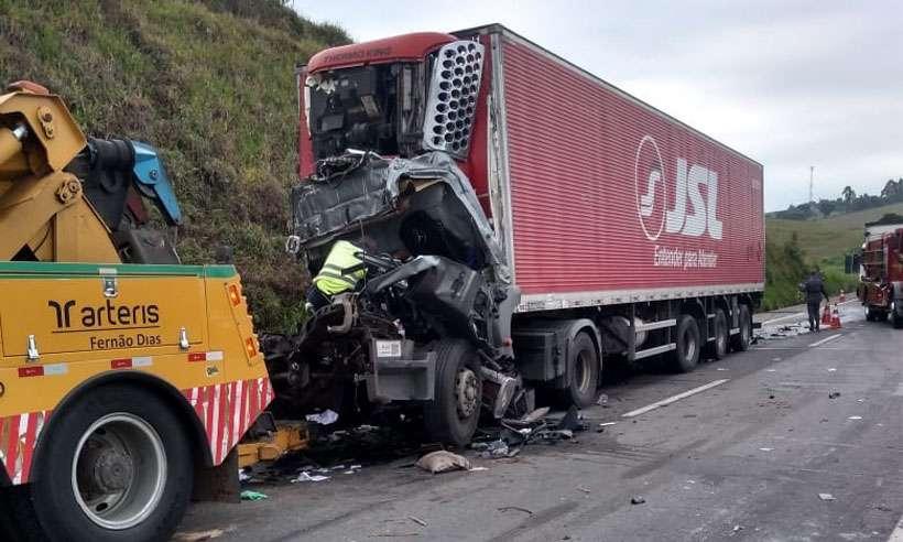 Cabine do veículo foi destruída pelo impacto da batida (foto: PRF/Divulgação)