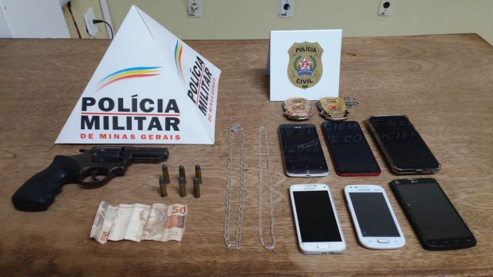 Na data de ontem, por volta das 15h00, a Polícia Militar foi informada de que teriam indivíduos em atitude suspeita, nos arredores de uma casa lotérica, na Avenida Sete de Setembro, em Ipanema.