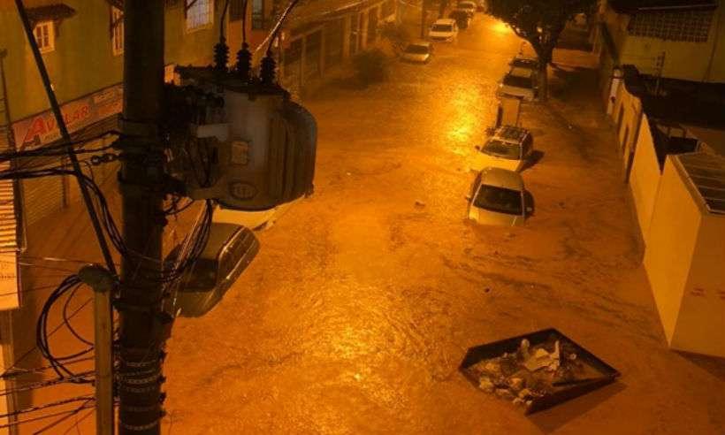 Ruas foram tomadas pela água e carros ficaram encobertos (foto: Reprodução/redes sociais)