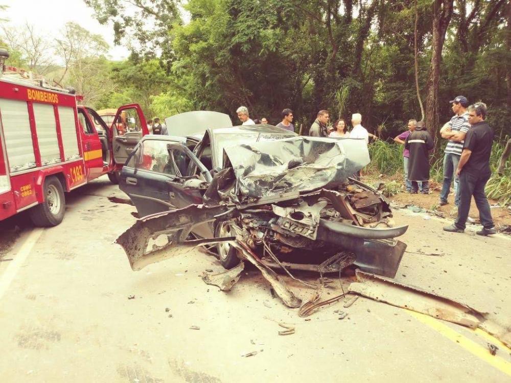 A rodovia MG-111 está interditada por conta do acidente no trecho.