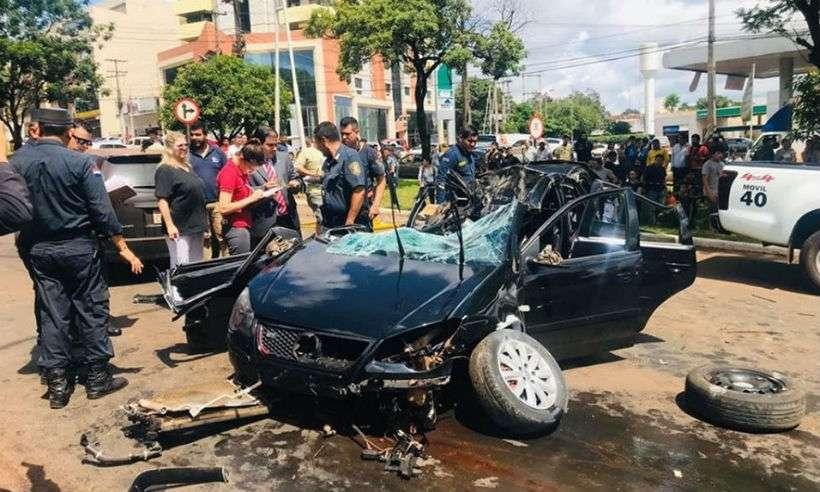 Carro onde estudante estava bateu em uma árvore na Ciudade del Este (foto: Reprodução/WhatsApp)