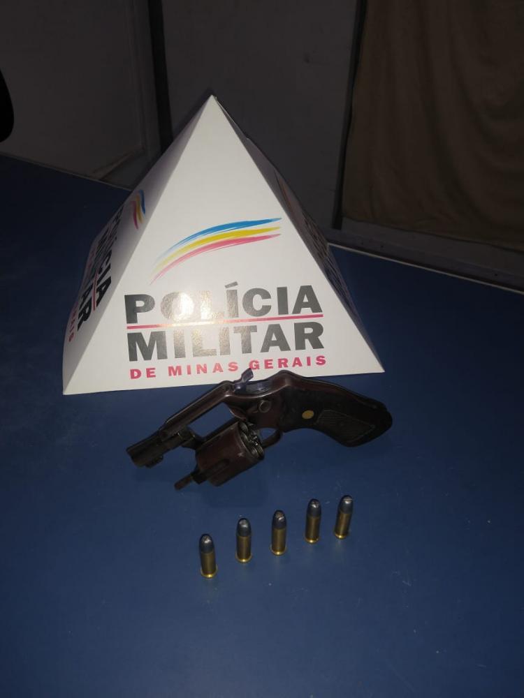 O menor foi apreendido, juntamente com a arma de fogo, e encaminhados à Delegacia de Polícia Civil.
