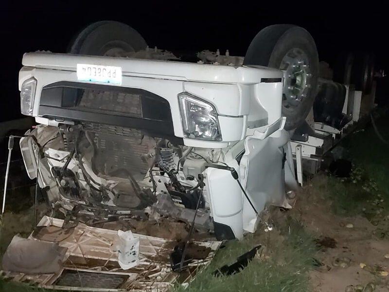 Caminhão carregado com mangas tomba na MG-108
