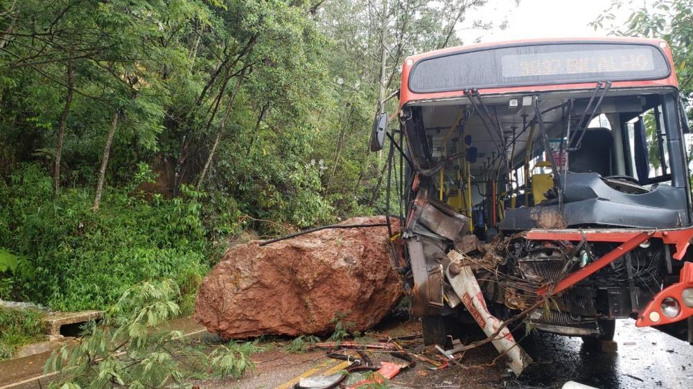 Ônibus foi atingido por pedra em deslizamento na Grande BH — Foto: Flávia Cristini/TV Globo