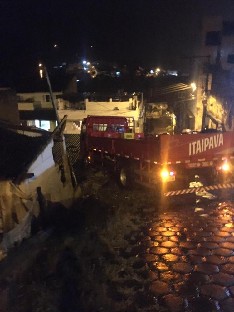 URGENTE: Caminhão perde o freio no bairro Matinha em Manhuaçu (Foto/Douglas Eduardo)