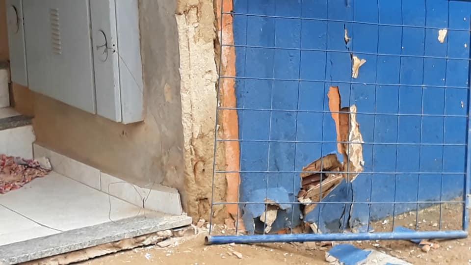 Prédio com risco de desabamento é interditado e saída para Cachoeirão totalmente fechada
